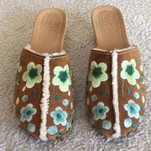 THE ORIGINAL CAR SHOE/ EMBROIDERED FLORAL CLOGS